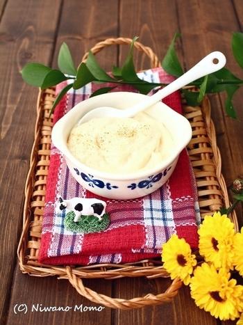 ※ベシャメルソースの材料 ・バター ・小麦粉 ・牛乳 ・塩 ・ホワイトペッパー  ベシャメルソース(ホワイトソース)を作るときのコツは、バターに小麦粉を入れた後に牛乳を少しずつ加えることです。ダマになりにくく滑らかなソースに仕上がりますよ。