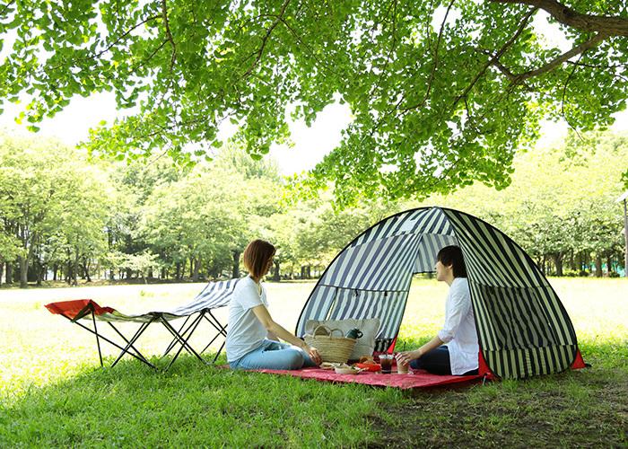 レジャーシートの上に設置すれば、数人がゆったり入れる、広々サイズ。もちろんUVカット機能もあるので、紫外線対策もバッチリ。日焼けが気になる女性も、安心してピクニックタイムが楽しめますよ。