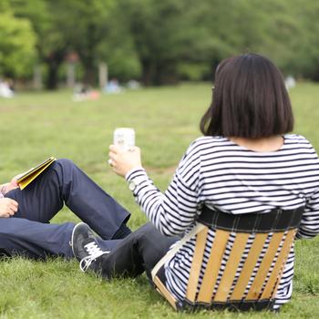 レジャーシートに直接座っていると足がしびれたり、腰が疲れたり。そんな時に活躍するのが、携帯レッグスチェアです。スウェーデン発のエルゴライフ社が開発した背もたれ付きの椅子は、ピクニック好きの北欧でも大人気!