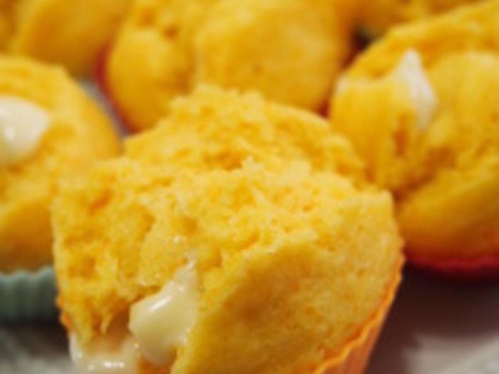 ホットケーキミックスを使ったキャロット蒸しパンは、軽い美味しさです。中からとろ~りとチーズがアクセント!