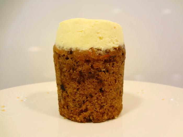 クリーミーで濃厚なクリームチーズクリームが、素朴でしっとりとしたスパイスがきいたキャロットケーキにマッチ☆