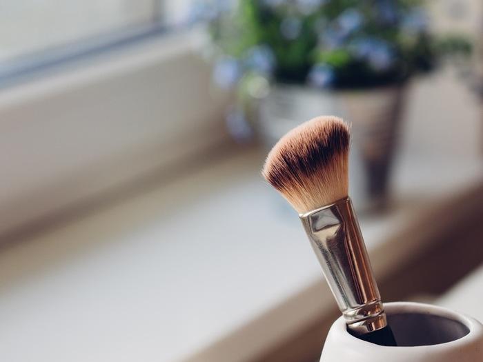 お肌に潤いを与えてキメを整えておけば、ファンデーションのノリが良くなり、少量のファンデーションで化粧崩れを防止することもできます。