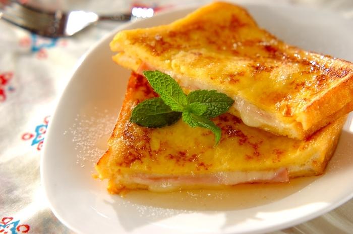 卵液にパンを浸して作るモンティクリストは、フレンチトーストとクロックムッシュのいいとこ取り!お子様にも大人気のレシピです。はちみつをかけて、ミントを飾ればおしゃれな仕上がりに。お友達を招いてのお家ランチにもピッタリですね。