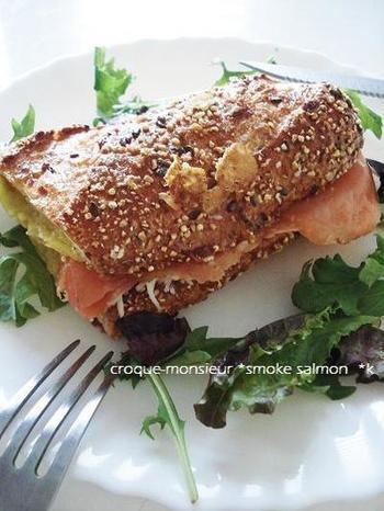 ハムやベーコンの代わりにスモークサーモンを使ったレシピです。五穀米バゲットを使ったクロックムッシュは、ヘルシー志向の方におすすめ!  パンをライ麦パンやバケットにすることで味わいや風味に変化をつけて楽しめるのもクロックムッシュのいいところです。