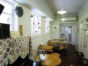 シンプルだけどかわいい店内では、イートインも楽しめます。人気店のため、4つのテーブルが満席ということもしばしば。