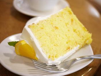 材料にこだわったシフォンケーキは、添加物をなるべく使わないように素材にこだわって作られています。そのまま食べても美味しいシフォンケーキですが、クリームやフルーツでデコレーションされているものもおすすめです。