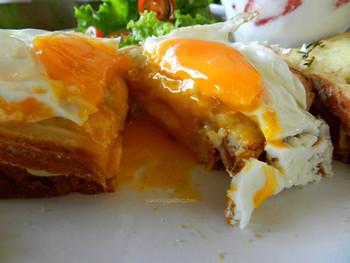 クロックマダムの魅力は、このトロ~リとした半熟に仕上げた卵の黄身!見ているだけで、食欲をそそります。