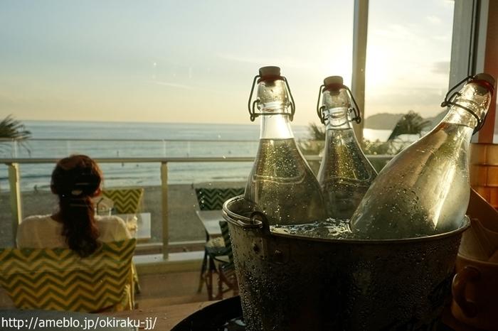 材木座海岸から見る夕日は圧巻!夕日を眺めながらワンちゃんと一緒に美味しいお酒やお食事を楽しむことができます。