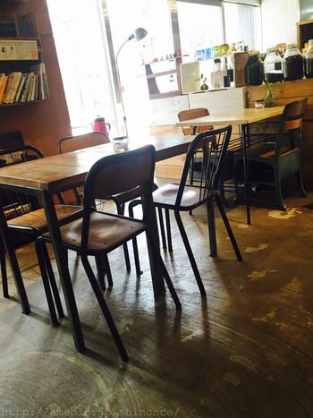 イートインスペースになっている2Fは、木の温もりあふれる落ち着いた雰囲気。三鷹を中心に展開するインテリアショップ・デイリーズがプロデュースするカフェのため、インテリアもとってもオシャレです。すてきなコーヒー雑貨も、たくさん置かれていますよ。
