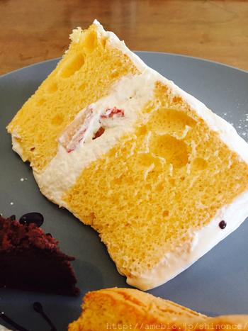 1つ1つ丁寧に焼き上げられたシフォンケーキは、ふわふわ&しっとり。どのお味も絶品です。イベントの際は、ホールのシフォンケーキを使ったデコレーションケーキをオーダーメイドで作っていただくこともできますよ。