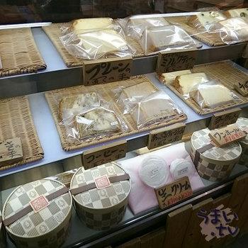 ショーケースにずらりと並んだカットシフォンケーキは、その種類の多さにビックリします。人気の味は、すぐに売り切れてしまうことも。