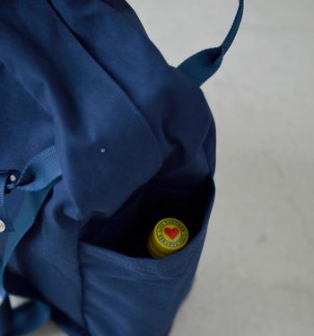 両サイドのポケットには、ペットボトルや折りたたみ傘などがすっぽり入ります。どちらも水滴がついて他のものと一緒にしたくないので、ポケットがあるととても便利♪