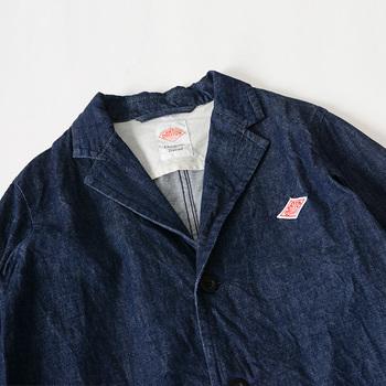 開業当時は、様々な業種の制服や作業服を手がけていたダントン。現在では、ワークウェアだけでなく日常のカジュアル着を提案する、フランスでも由緒あるブランドです。