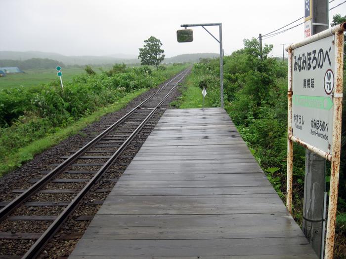 旭川駅と稚内駅を結ぶ宗谷本線の沿線上にある南幌延駅は、1959年に開設された駅です。駅舎も無く、片面ホームのみの小さな無人駅である南幌延駅の周辺には、のどかな田園風景が広がっており、どこか懐かしい雰囲気が漂っています。