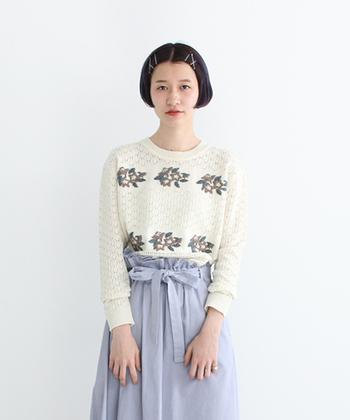 刺繍はそのデザインや配色で、洋服にいろんなニュアンスをプラスしてくれます。こちらの刺繍入りニットは、白地にお行儀よく並んだ花柄が、なんだかノスタルジック。やさしくて柔らかい、春の空気を運んでくれる気がします。