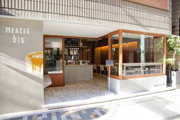 恵比寿にある、ファッショナブルなカフェ。駅の中心部からは少し外れているにも関わらず、連日おいしいものに敏感な女性たちで、店内は賑わっています。