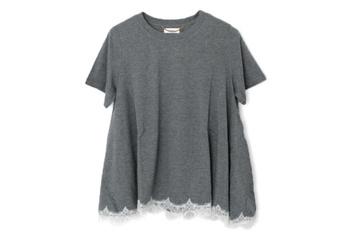 流れるようなAラインのシルエットがエレガントなTシャツ。裾にさりげなくあしらわれたレースが繊細で可愛らしい。カジュアルな中に、女性らしさをちらりと覗かせる技ありなデザインです。
