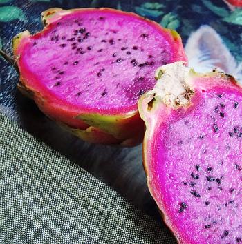 果肉が淡いピンク色に染まったのは、「ピンクピタヤ(ピンクドラゴン)」といい、ドラゴンフルーツの中で一番甘みが強い品種です。人間の手による交配によって誕生しました。