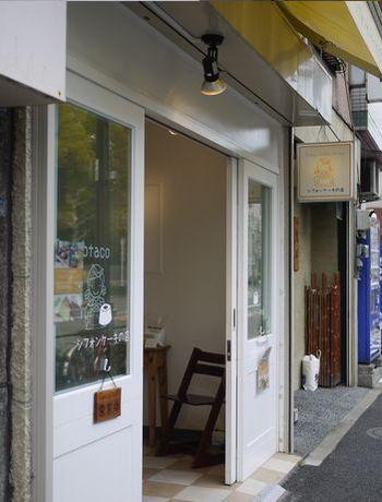 浅草寺のちょうど北側。言問通りに面したこのエリアは、「観音裏」として、近年密かに人気があります。その一角に、白を基調とした可愛らしいお店があります。最近人気のグルテンフリー素材・米粉を使った、シフォンケーキの専門店なのです。