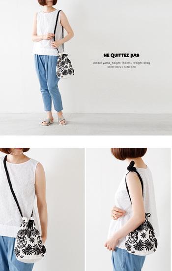 刺繍ものでは人気の高い「ne Quitez pas(ヌキテパ)」の巾着バック。シックな色使いだけど、刺繍とビーズが華やかさを加えています。肩にかけたり、斜め掛けにしたり、持ち方で違った印象を楽しめます。