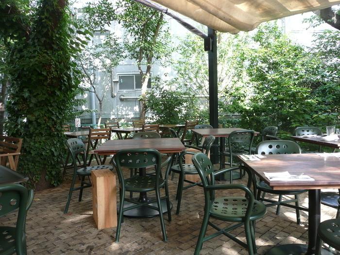 ガーデンハウスレストランの広いテラス席。緑の中でランチをゆったりといただけます。
