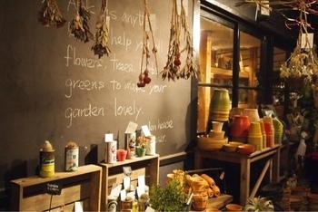 「GARDEN HOUSE」の敷地内には、レストランで使用されている食器や食材、日用雑貨のセレクトショップ、ガーデニング用品とグリーンを扱うショップも併設しています。