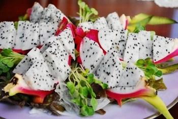 パーティーメニューに加えると、テーブルが華やかになるサラダレシピ。お好みの野菜や果物を加えて、楽しんで。