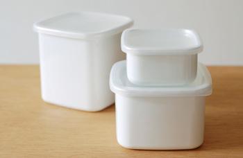 琺瑯で作られたスクエア型の保存容器。清潔感のあるホワイトはどんな食材も清潔に保存できます。ちょっとした残り物や少量のものを保存するのに便利な大きさです。