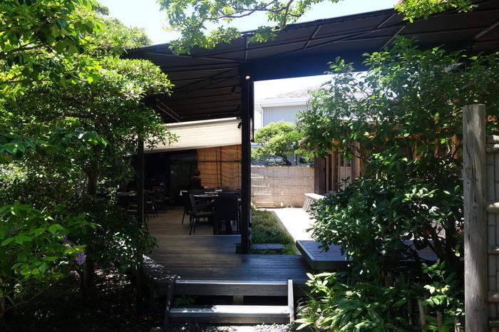 席は、日本家屋の室内とテラス席。爽やかな季節はテラスがオススメ。