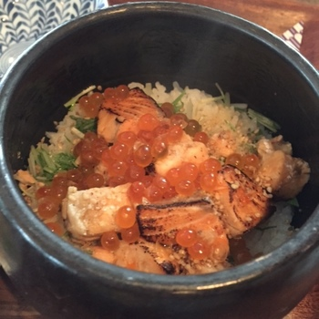 鮭とイクラがたっぷりとのせられた人気の「鮭といくらの土鍋ご飯」。ご飯は兵庫丹波篠山産の契約農家から直送されたお米を使っています。