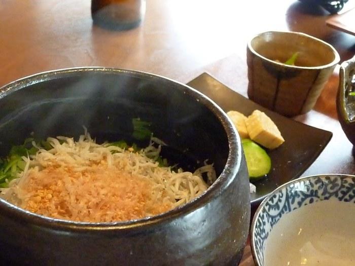 ご飯の量も申し分なく、お腹も心もほっこりと満たされます。【画像は、湘南ならではの「釜揚げしらすの土鍋ごはん」。】