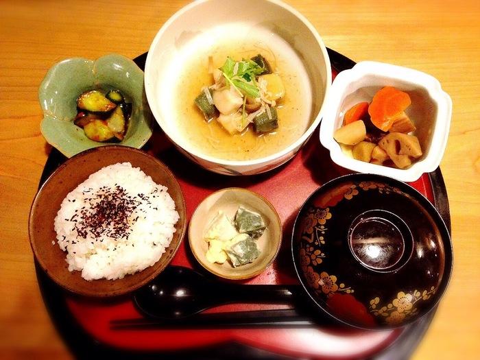 ご飯はお麩を使った和食がメインです。 平日限定の日替わり御膳を楽しみにしている地元民も多数!