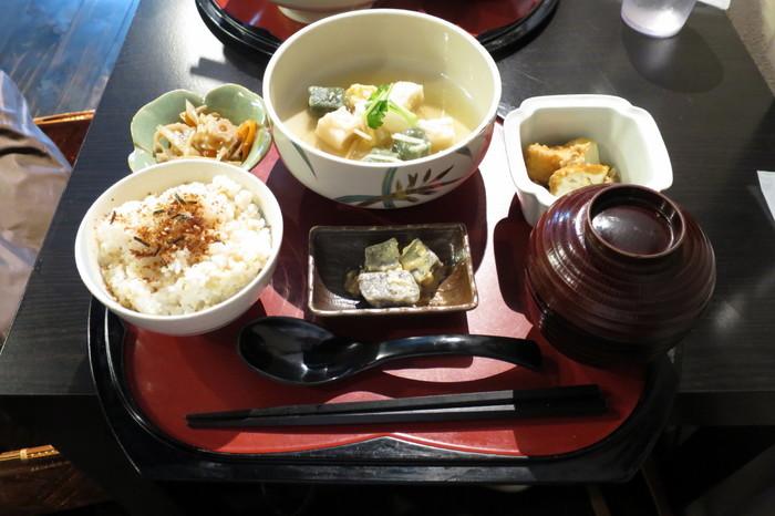 小鉢がたくさんあって、彩が美しいお膳は、京都ならでは♪ 観光気分が盛り上がります。