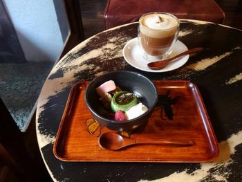 和スイーツもとっても美味しいんです♪ 濃厚な抹茶の味わいとキュートなデコレーションの「大人のババロア」。もちろん、生麩も入っています。