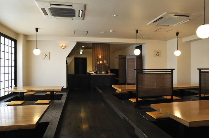 内装は、無垢板を使用した温もりのある空間で、全席掘りごたつなので、とっても寛げますよ。
