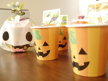 それぞれのイベントに合わせたデザインの紙コップを選ぶと、ラッピングに季節感がプラスされますね。