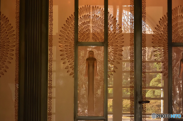 その特色は何と言っても建物の美しさ。内部のデザインは、壁飾りから家具、照明器具にいたるまで、アール・デコとよばれる装飾様式で統一されています。