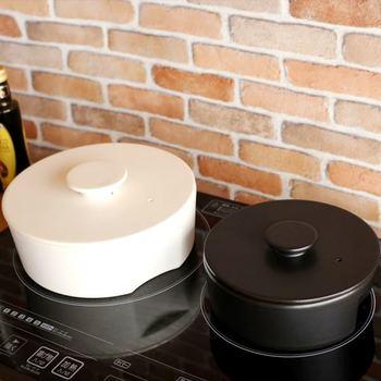 土鍋などを使った余熱調理も、調理中にキッチンを離れられるので時短になります。火を消して調理するので、ガス代や電気代まで節約できます。  お湯を沸かしたら、ついでに鶏肉を余熱調理なんていうのも良いですね。