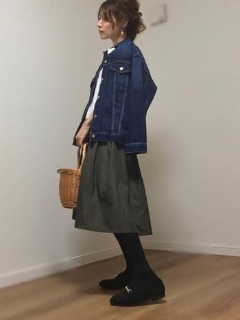 まだ肌寒い春先はカーキのスカートにデニムジャケットを合わせて暖かく。白のトップスでさわやかさと軽やかさをプラスしましょう。