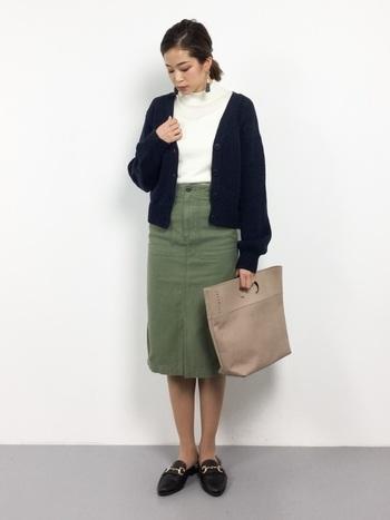 カーキのタイトスカートを使った大人なシンプルコーデ。シンプルにまとめればタイトスカートもセクシーになりすぎず、かっこよく着こなせますね。