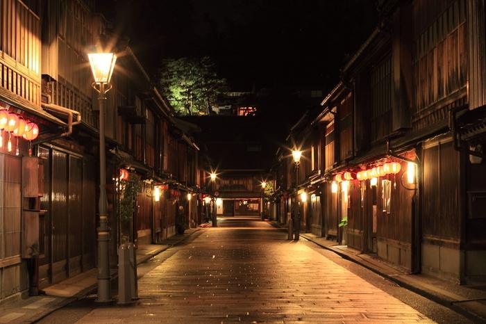 情緒あふれる町並みが楽しめる金沢の「ひがし茶屋街」。国の重要伝統的建造物群保存地区にも指定されている場所です。写真を撮るのにはもちろん、お買い物やグルメを楽しむのにもぴったりです*