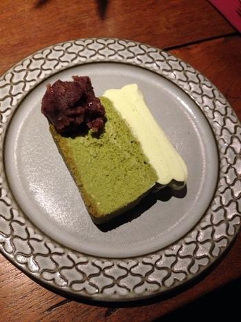 期間限定の「抹茶チーズケーキ」。盛り付けとお皿のバランスもGOOD!