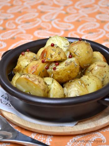 ローズマリーにピンクペッパー、オリーブオイルが絡んだ洋風な新じゃがレシピ。簡単だけれども、なんだかおしゃれ。プチパーティーなどのメニューにもおすすめです。