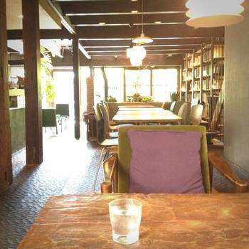 古い町屋を改築した店内は広く、落ち着いた印象。ブックカフェというだけあって、たくさんの本や雑誌も並んでいます。