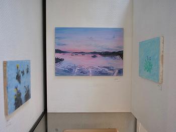こちらは、横浜仲町台 YUI GARDEN で開催された個展「東日本」~福島、唐桑、東京、熊本。人と灯台をめぐる旅の記録~での様子。 『とうだい』をはじめとした絵本の原画や、東日本の美しい風景や花や人の姿を描いた作品たち。アミイゴさんは、全国で原画展もされています。