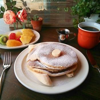 リコッタチーズのパンケーキがとても美味しそう。朝ごはんにパンケーキって、憧れますよね。フルーツを添えてカフェっぽく…。