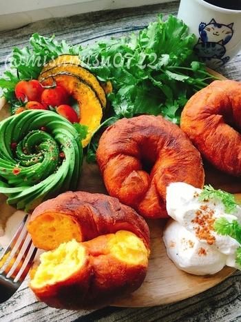 一見ベーグルのようですが、こちらはドーナツの朝食。かぼちゃ入りなので栄養満点。たっぷりのお野菜といただきましょう。