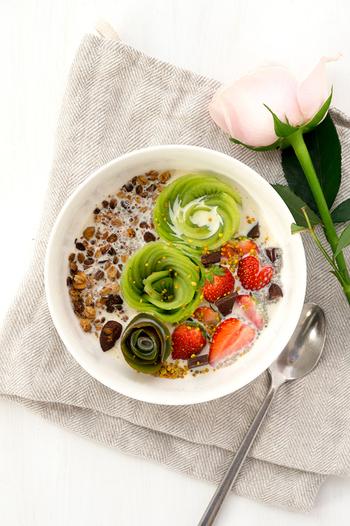 こちらもオシャレなグラノーラの朝食。キウイで作ったお花がとってもゴージャス!いちごもハートの形になっています…!いつものグラノーラも一工夫するだけで、こんなにかわいくなっちゃうんですね。