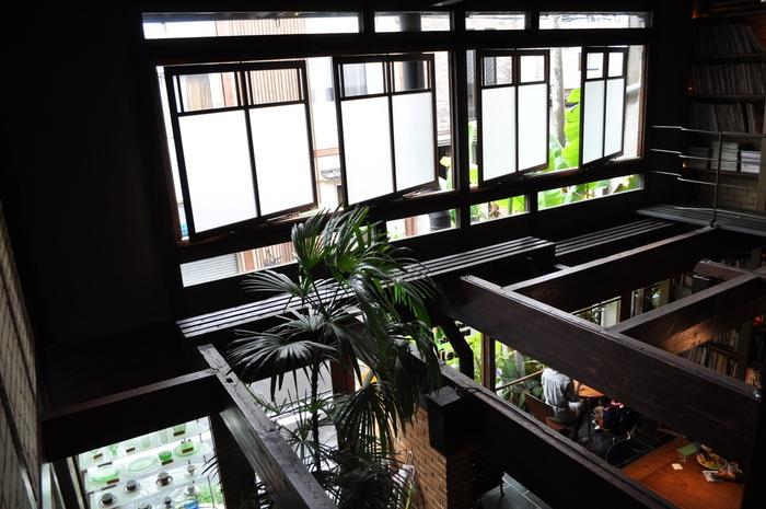 2階席からの眺め。町屋ならではの梁や窓の様子が心和ませてくれます。