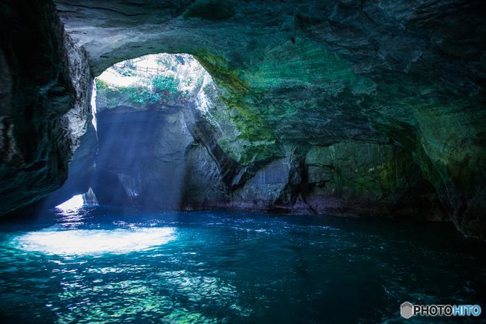 昭和10年に天然記念物に指定された堂ヶ島の天窓洞。天井から光が差し込み、海水が美しいエメラルド色に見えます。まさに自然が生み出した芸術です。